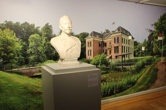 Bust of William, with a background of Huis Doorn
