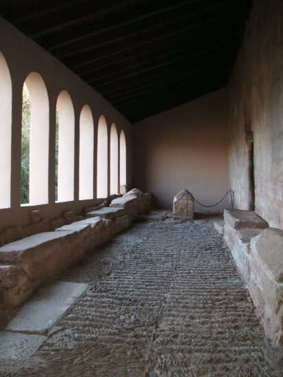 (Right) Tombs of the three queens of Navarre (Toda, Ximena and Elvira) at the Monastery of Suso and (left) tombs of the Siete infantes de Lara.(Public Domain)