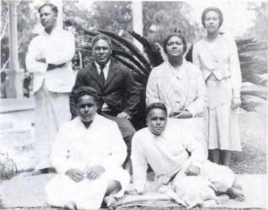The royal family of Tonga. Front: left->right: Uiliami Tukuʻaho, Sione Ngū Manumataongo (later Tuʻipelehake). Back: Siaosi Tāufaʻāhau Tupoulahi (later king Tāufaʻāhau Tupou IV), Viliami Tungī Mailefihi, Sālote Tupou III (queen), ʻElisiva Fusipala Taukiʻonetuku.