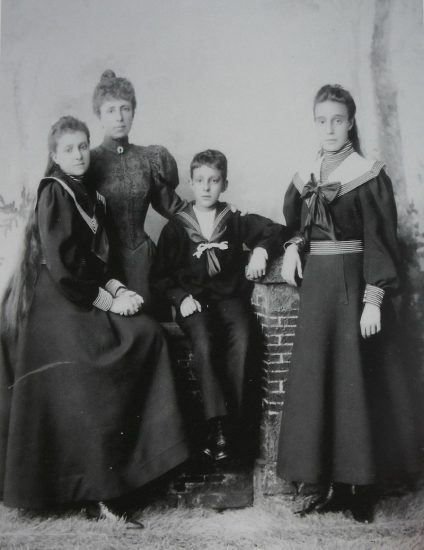 800px-queen_maria_cristina_with_her_three_children